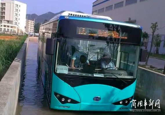 """乘风破浪 比亚迪纯电动客车""""雨""""你同行"""
