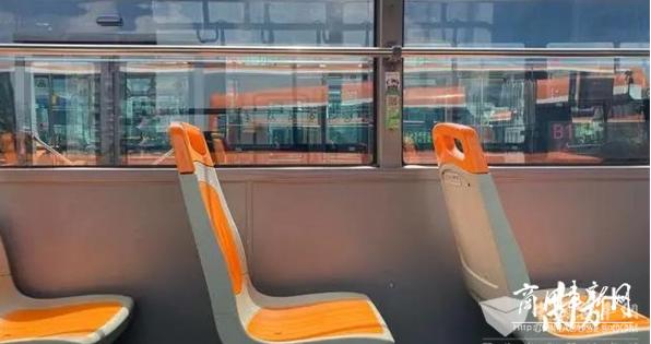 """新版""""巨无霸""""公交车上线广州BRT"""