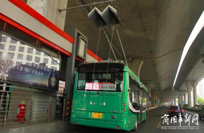 阔别十年即将回归 宇通双源无轨电车亮相郑州街头