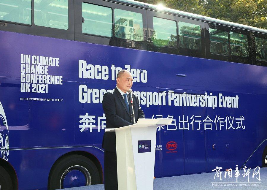 """助力""""奔向零碳""""绿色出行 英国驻华大使点赞比亚迪纯电动双层巴士"""