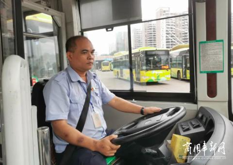 """海口""""最美公交司机""""与他的中车""""好伙伴"""""""
