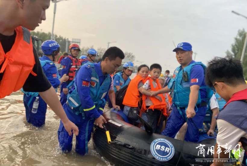 """大爱当先,闻""""汛""""而至 南京依维柯携手蓝天救援队托起生命希望"""