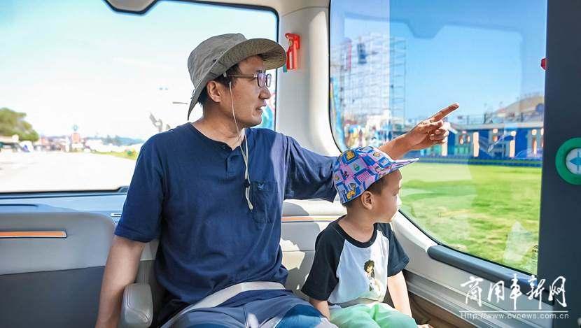 """宇通智能驾驶巴士在青岛投入运行,市民""""抢鲜""""试乘体验"""